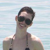 Anne Hathaway dévoile sa coupe garçonne en bikini sur la plage