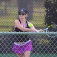 Très sportive, Reese Witherspoon, enceinte, joue au tennis à Brentwood le 16 mai 2012