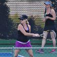 Très enceinte, Reese Witherspoon dispute une partie de tennis contre ses amies, à Brentwood, Los Angeles, le 16 mai 2012