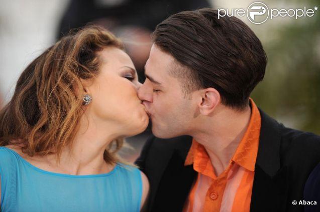 Suzanne Clément et Xavier Dolan ont échangé un baiser passionné lors du photocall de présentation de Laurence Anyways, troisième long métrage du réalisateur canadien de 23 ans, au Festival de Cannes le 19 mai 2012, en présence des autres protagonistes, Melvil Poupaud, Nathalie Baye, et Monia Chokri.