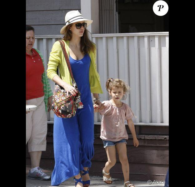 Jessica Alba et sa fille aînée Honor en route pour déjeuner en famille, à Los Angeles le 20 mai 2012.