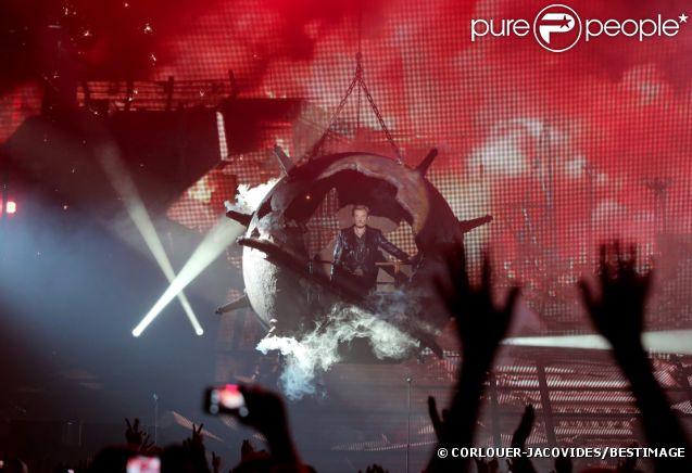Entrée sur scène incroyable pour Johnny Hallyday, à Montpellier pour le coup d'envoi de sa tournée, le 14 mai 2012.
