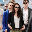 Kristen Stewart et son look rock (pantalon Balenciaga) lors du photocall du film Sur la route au Festival de Cannes le 23 mai 2012