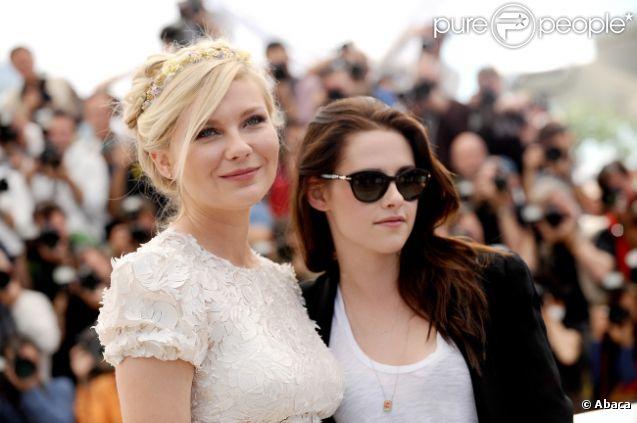 Kirsten Dunst et Kristen Stewart, romantique et rock, lors du photocall du film Sur la route au Festival de Cannes le 23 mai 2012