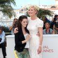 Kristen Stewart et Kirsten Dunst lors du photocall du film Sur la route lors du Festival de Cannes le 23 mai 2012