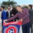Viggo Mortensen brandit un drapeau de l'équipe de Hockey les Canadiens de Montréal lors du photocall du film Sur la route lors du Festival de Cannes le 23 mai 2012