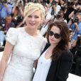 Kirsten Dunst et Kristen Stewart lors du photocall du film Sur la route lors du Festival de Cannes le 23 mai 2012