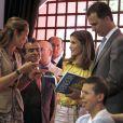 Felipe et Letizia d'Espagne ont retrouvé l'infante Elena le 25 mai 2012 lors de l'inauguration du 71e Salon du livre de Madrid.
