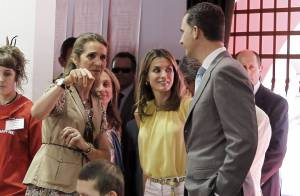 Letizia d'Espagne sublime entre Felipe et Elena au Salon du livre 2012 de Madrid