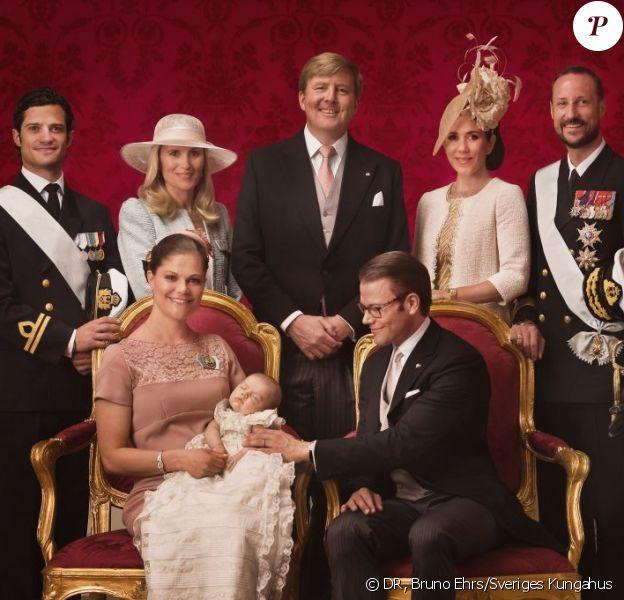 Les cinq parrains et marraines de la princesse Estelle prennent la pose : le prince Carl Philip, Anna Westling Söderström, le prince Willem-Alexander, la princesse Mary, le prince Haakon. Photo de la princesse Estelle de Suède avec ses parents la princesse Victoria et le prince Daniel, le 22 mai 2012 par Bruno Ehrs après son baptême.
