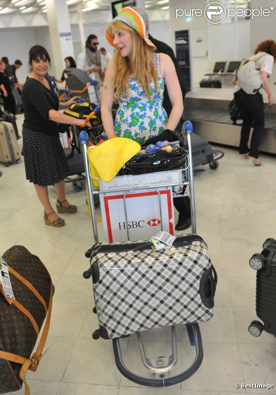 Julie Depardieu arrivant à l'aéroport - Paris le 28 mai 2012