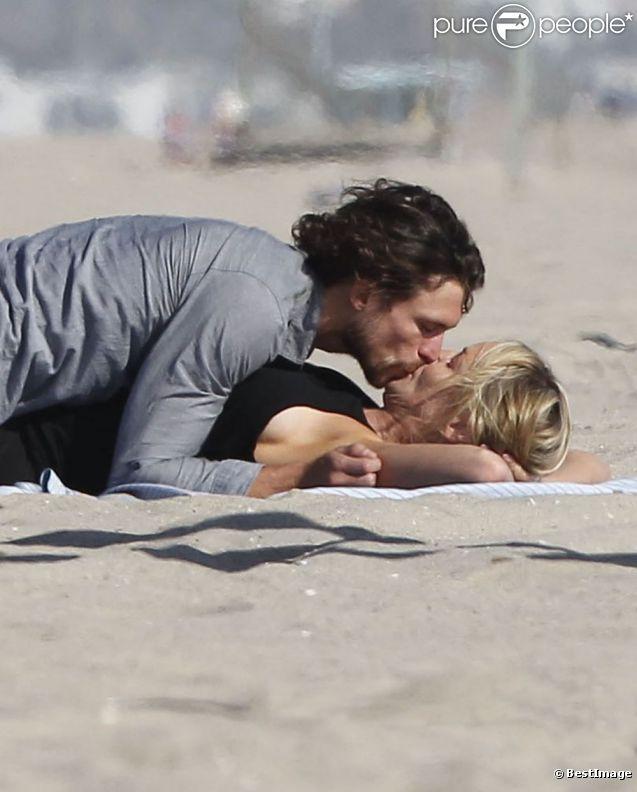 Sharon Stone embrasse son nouvel amoureux Martin Mica à Venice Beach, à Los Angeles le 29 mai 2012