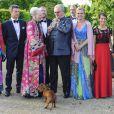 Sitte Seeberg (robe bleu-vert), secrétaire générale de la WWF Danemark, s'est jointe à la famille royale pour la photo souvenir, avec (de g. à d.) la princesse Mary, le prince Frederik, la reine Margrethe, le prince Henrik, la princesse Marie et le prince Joachim.   La famille royale de Danemark à l'orangerie du palais de Fredensborg le 30 mai 2012 pour un dîner de bienfaisance à l'occasion des 40 ans de la WWF Danemark, dont le prince consort Henrik de Danemark assume la présidence.