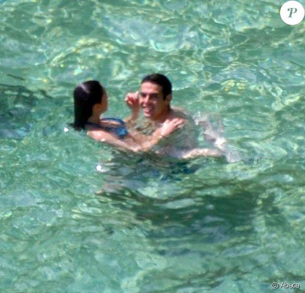 Dans l'eau, Kaka et sa femme Caroline Celico Noronha en vacances sur la plage de Fernando de Noronha, au Brésil le 30 mai 2012