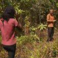 Coumba et Patrick sont sur la piste du poignard autour du même arbre ( Koh Lanta - La Revanche des Héros  / épisode du vendredi 1er jun 2012)
