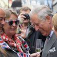 Le prince Charles et Camilla Parker Bowles participaient au Big Jubilee Lunch de Fortnum & Mason à Piccadilly, le 3 juin 2012. Après avoir partagé le repas et la bonne humeur de 500 convives, le fils aîné de la reine Elizabeth II a rejoint sa mère sur la barge royale Spirit of Chartwell pour la parade fluviale sur la Tamise de son jubilé de diamant.