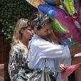 Après la fête d'anniversaire de sa fille Honor, il est l'heure pour Jessica Alba de ranger les nombreux cadeaux dans le coffre de sa voiture. Los Angeles, le 9 juin 2012.