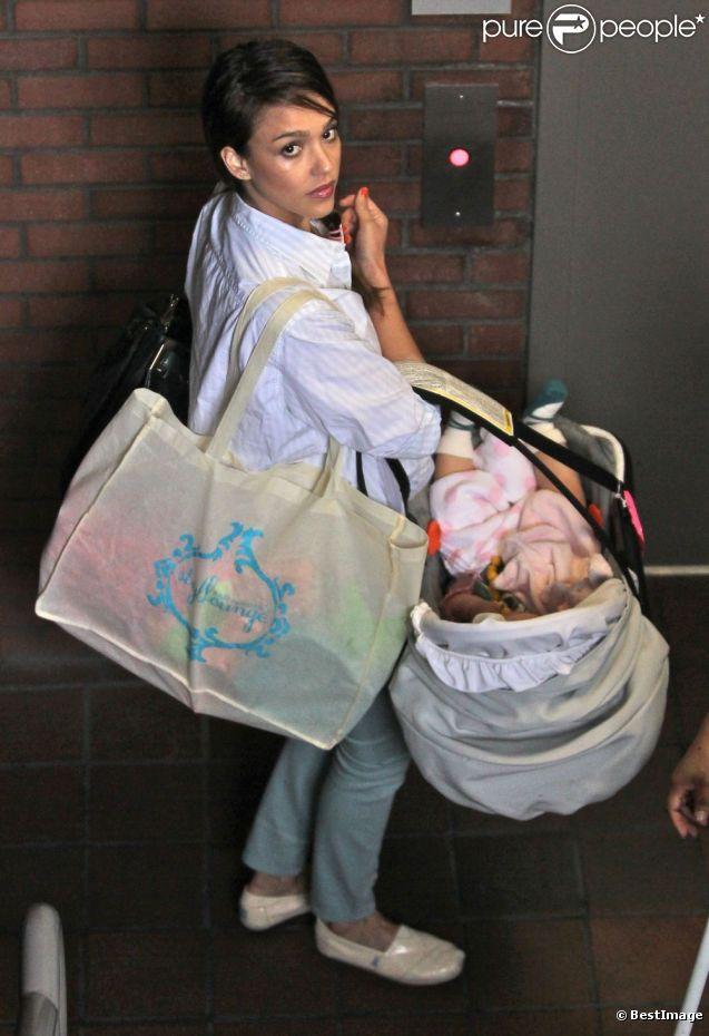 Jessica Alba et Haven dans son landau, sont de sortie pour les quatre ans d'Honor dans le quartier de Brentwood. Los Angeles, le 9 juin 2012.