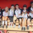 Carrie Underwood (2e g.) pose avec son équipe lors du City of Hope's 2012 Celebrity Softball Challenge à Nashville le 10 juin 2012, dans le cadre du CMA Fest.