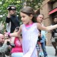 Suri Cruise s'offre une journée récréation avec son père Tom Cruise : elle se rend au complexe sportif Chelsea Piers puis dans le magasin Make Meaning, à New York, le 11 juin 2012