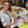 Delphine Wespiser, Miss France 2012, donne son sang dans le cadre de la journée mondiale du don de sang, à Paris, le 14 juin 2012
