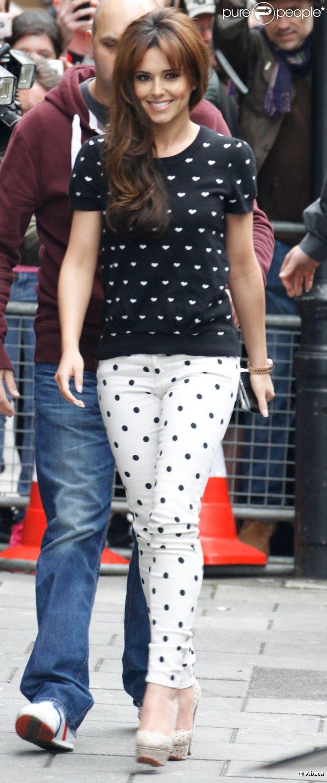 Cheryl Cole, adorable dans son look à pois composé d'un sweater noir à coeurs, d'un jean Paige et de souliers Charlotte Olympia. Londres, le 12 juin 2012.
