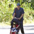 Javier Bardem promène son fils Leo dans un parc à Los Angeles le 12 juin 2012