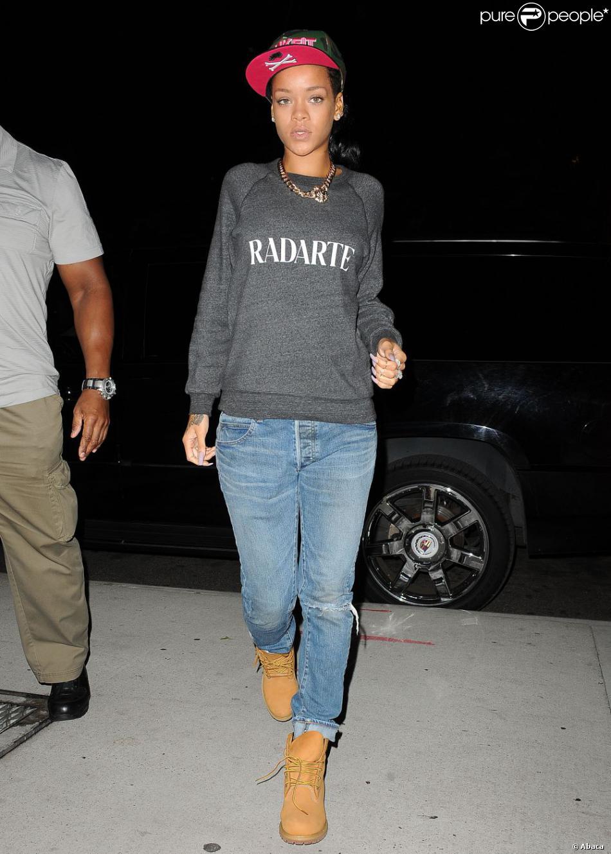 Rihanna, habillée d'une casquette Trukfit, d'un sweater Rodarte, d'un jean destroy et d'une paire de Timberland, arrive à Brooklyn, New York.
