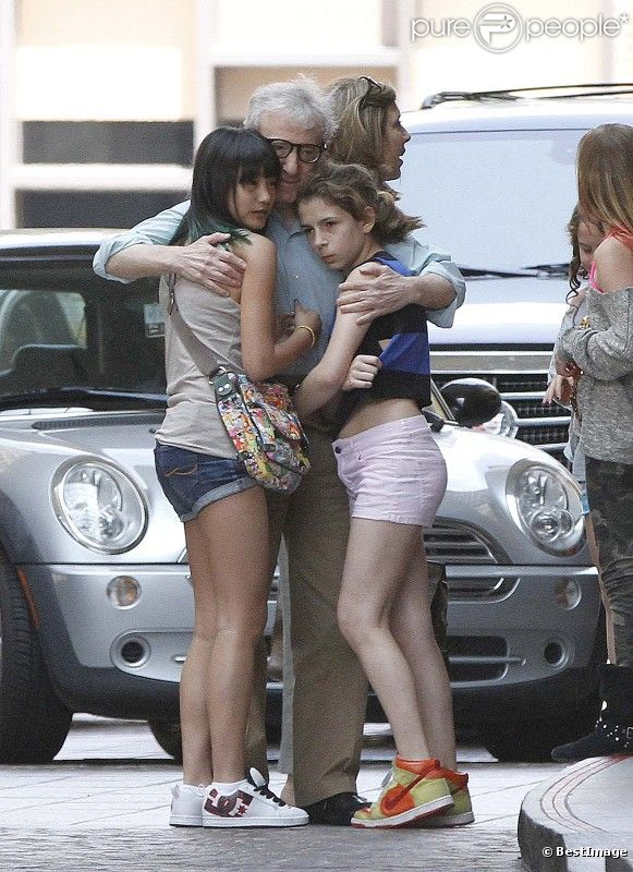 Woody Allen quitte son hôtel avec ses filles adoptives Bechet et Manzie Tio, à Los Angeles le 15 juin 2012.