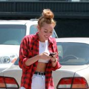 Miley Cyrus, greffée à son portable pour ses retrouvailles familiales... Sympa !