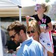 Jason Priestley, sa femme Naomi et leur fille Ava au Farmers Market de Los Angeles, le 24 juin 2012.