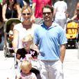Jason Priestley, sa femme Naomi et leurs enfants Ava et Dashiell au Farmers Market de Los Angeles, le 24 juin 2012.
