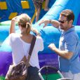 Jason Priestley et sa femme Naomi au Farmers Market de Los Angeles, le 24 juin 2012.