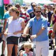 Jason Priestley, sa femme Naomi et leur fils Dashiell au Farmers Market de Los Angeles, le 24 juin 2012.