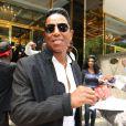Jermaine Jackson signe des autographes à la sortie de son hôtel à New York le 26 juin 2012