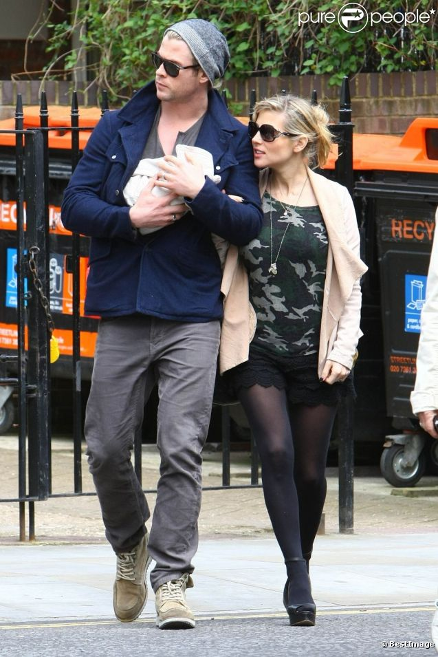 Chris Hemsworth et sa femme Elsa Pataky avec leur fille India à Londres le 16 mai 2012