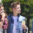 Justin Bieber, Selena Gomez et l'un de leurs amis à Los Angeles, le samedi 30 juin 2012.