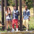 Justin Bieber et Selena Gomez se promènent avec l'un de leurs amis à Los Angeles, le samedi 30 juin 2012.