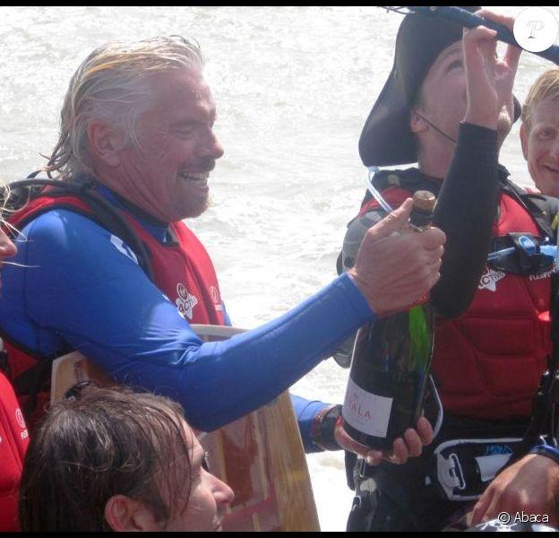 Richard Branson et son fils Sam après leur traversée de la Manche en kitesurf, à Folkestone dans le Kent, le 30 juin 2012.