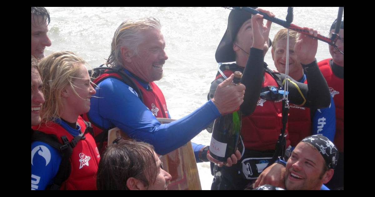 richard branson et son fils sam apr s leur travers e de la manche en kitesurf folkestone dans. Black Bedroom Furniture Sets. Home Design Ideas