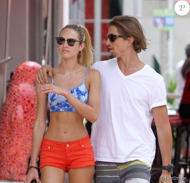 Candice Swanepoel et Hermann Nicoli, deux amoureux à Miami. Le 4 juillet 2012.