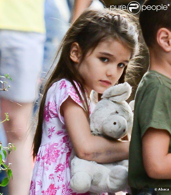 Katie Holmes passe une journée complice avec sa fille et quelqu'uns de ses amis à New York, le 5 juillet 2012 - Suri semble fatiguée et triste