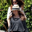 Cindy Crawford, devancée par sa fille Kaia à la sortie du Café Habana. Malibu, le 7 juillet 2012.