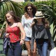 Après-midi shopping entre filles pour Cindy Crawford, sa fille Kaia et une amie. Malibu, le 7 juillet 2012.
