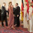 Entre la princesse Charlene et la championne de natation allemande Franziska van Almsick, les retrouvailles ont été très chaleureuses.   Le prince Albert et la princesse Charlene de Monaco, superbe dans une robe champagne et or, étaient le 9 juillet 2012 les invités d'honneur au château de Bellevue, à Berlin, d'un dîner de gala donné par le président allemand Joachim Gauck et sa compagne Daniella Schadt à l'occasion de leur visite officielle.