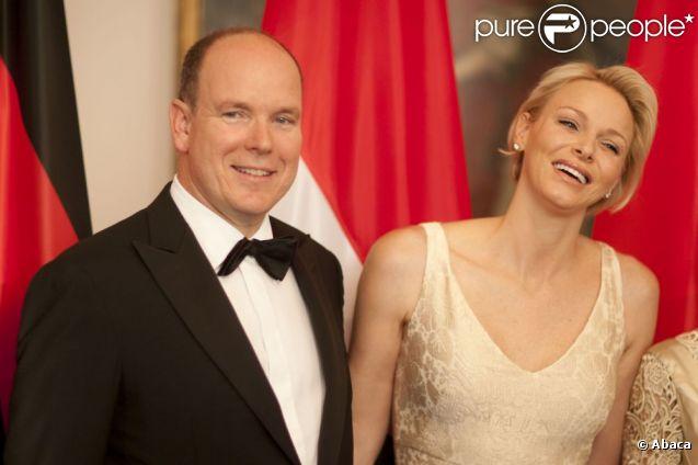 Le prince Albert et la princesse Charlene de Monaco, superbe dans une robe champagne et or, étaient le 9 juillet 2012 les invités d'honneur au château de Bellevue, à Berlin, d'un dîner de gala donné par le président allemand Joachim Gauck et sa compagne Daniella Schadt à l'occasion de leur visite officielle.