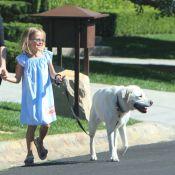 Violet Affleck promène son chien et fait courir sa nounou