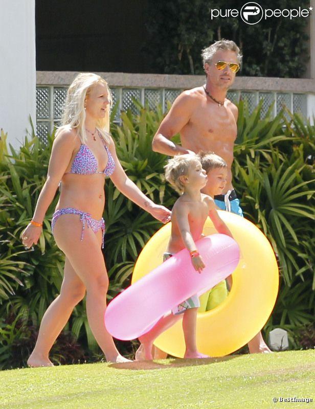 Britney Spears, ses enfants Sean Preston et Jayden James, et le fiancé de la chanteuse, Jason Trawick, se rendent à la plage, à Hawaï, le jeudi 5 juillet 2012.