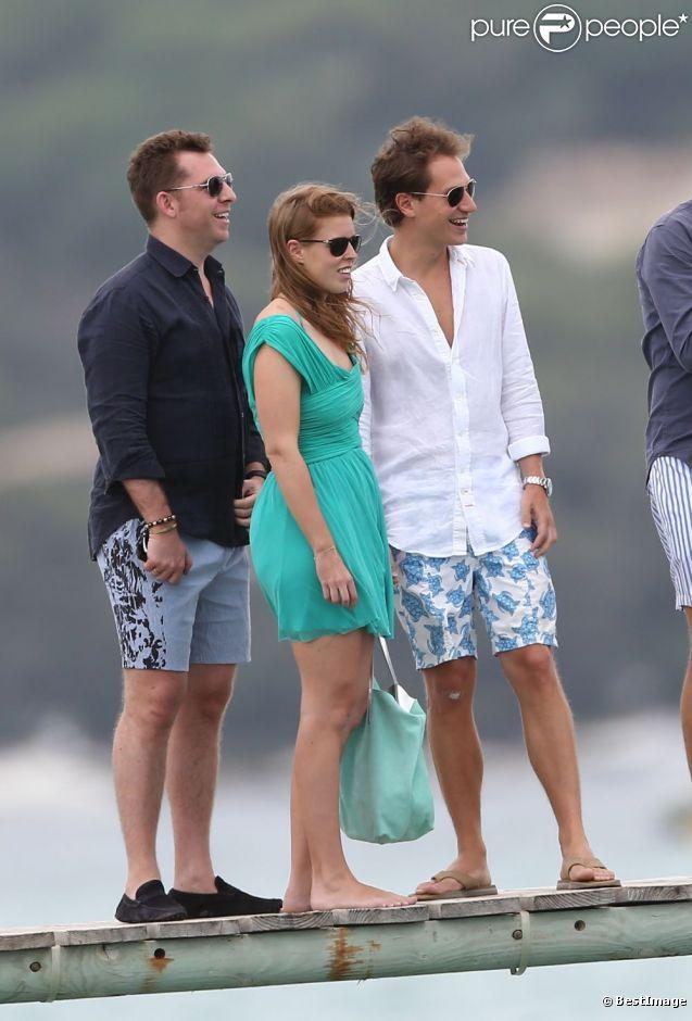 La princesse Beatrice d'York, avec son boyfriend Dave Clark, a quitté l'Angleterre pour Saint-Tropez, où elle est allée prendre un peu de bon temps le 14 juillet 2012 au Club 55, sur la plage de Pampelonne.