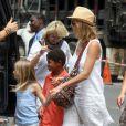 Heidi Klum en compagnie de ses parents Erna et Gunther ainsi que de ses quatre enfants, Leni, Henry, Johan et Lou à New York, le 14 juillet 2012